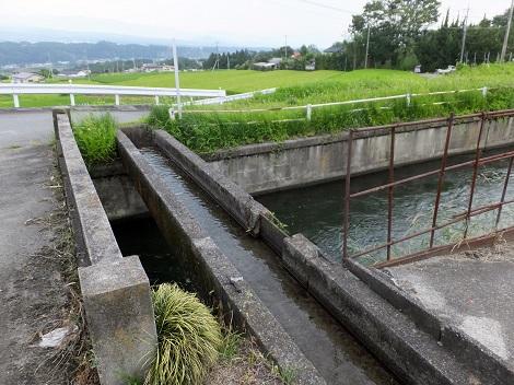 徳島堰・山から来た用水路と交差