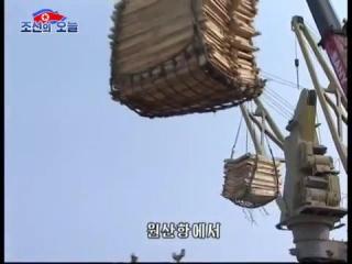 많은 피해복구물자들을 실은 수송선들이 원산항을 련일 떠난다mp4_000003455