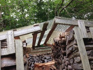 薪小屋の修理081503