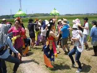 みんなで踊る