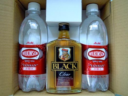 写真:ニッカのプレゼントで送ってきたブラックニッカと炭酸水。