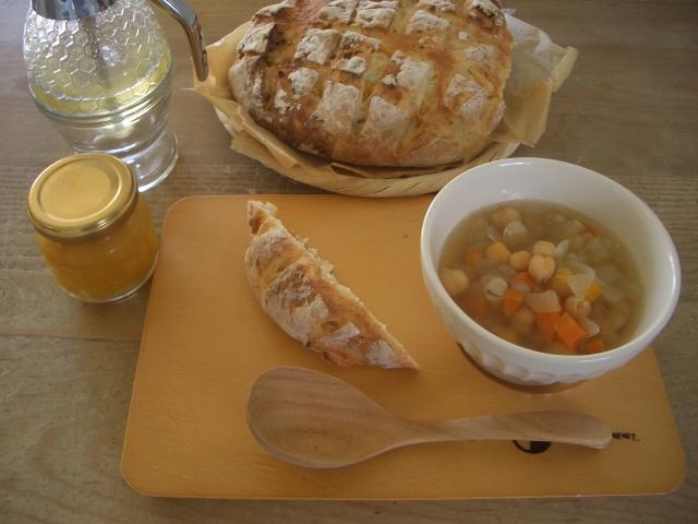 手作りパン(甘夏入り)と豆のスープ