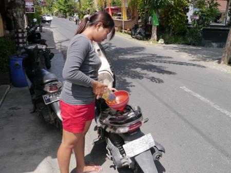 お姉さんのバイク給油