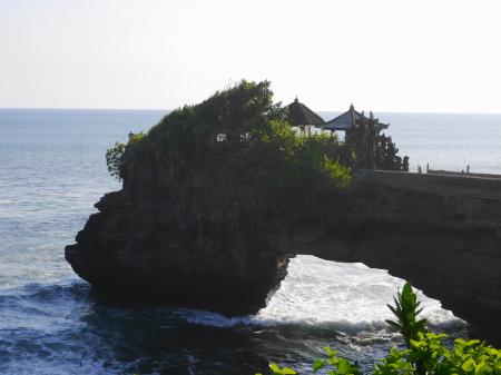 右側にある寺院
