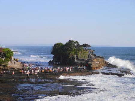 干潮時に渡れるタナロット寺院