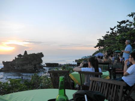 絶景カフェで夕日を待つ