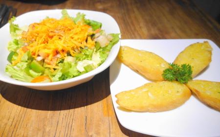 ガーデンサラダ、ガーリックブレッド
