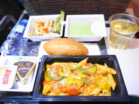 1回目の機内食 パスタ