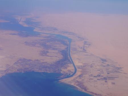 スエズ運河を望む
