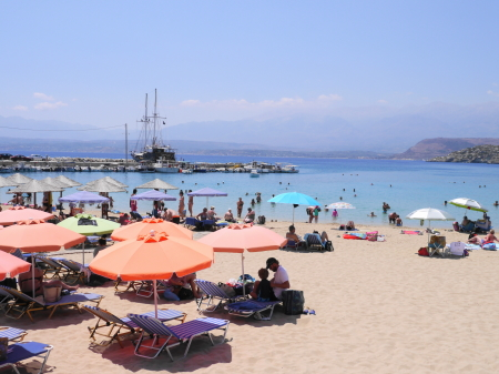 ギリシャらしい賑わい マラティビーチ