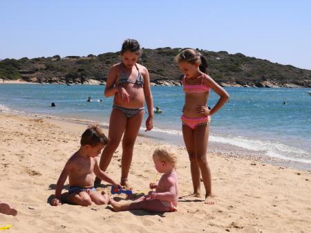 赤ちゃんの面倒を見るギリシャの子ども