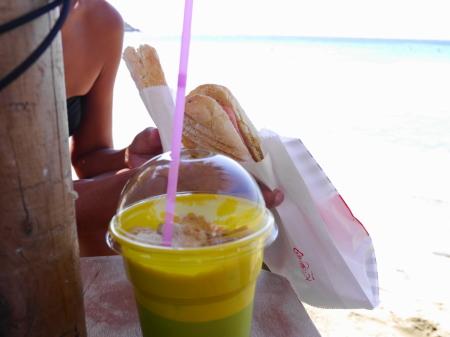 サンドイッチとカプチーノ