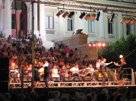 広場のギリシャ音楽と踊り