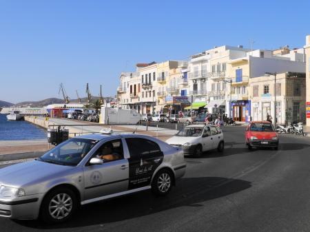 港沿いの通り