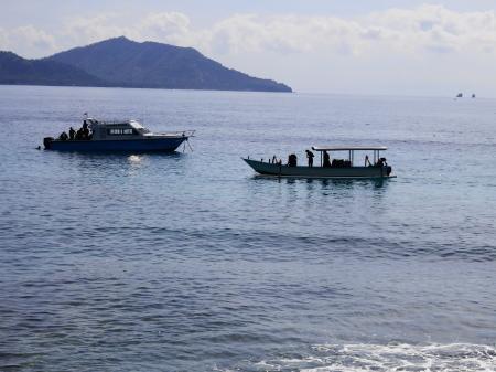 沖合のダイビング用小舟