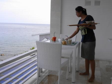 ホテルスタッフが朝食を