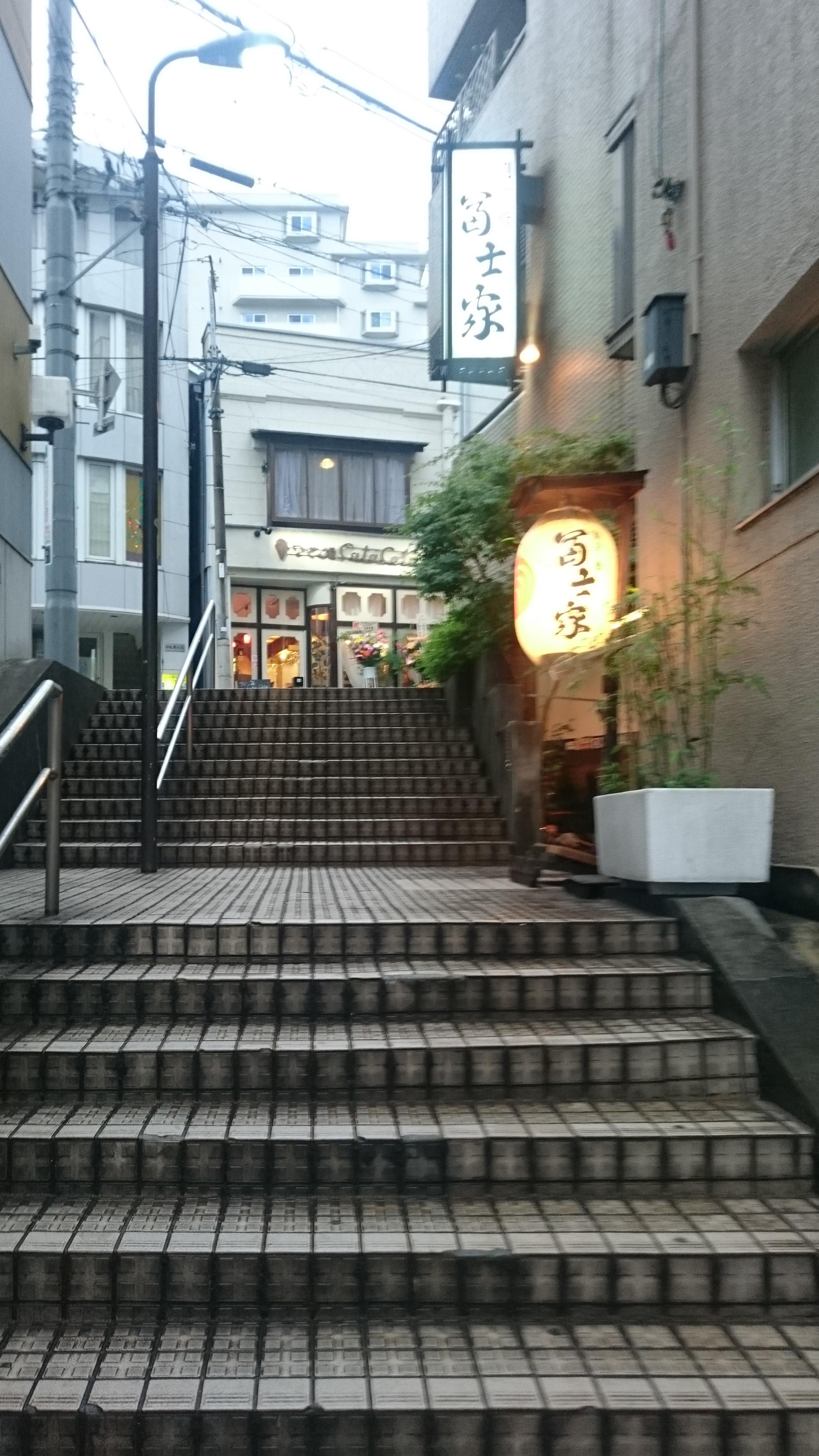 店舗までの階段
