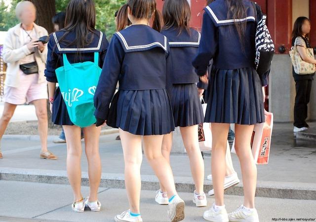 ミニスカートの制服を着た女子中学生