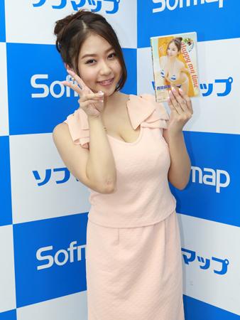 DVD「西田麻衣 ハッピー・マイ・タイム」の発売記念イベントでソフマップに登場した西田麻衣