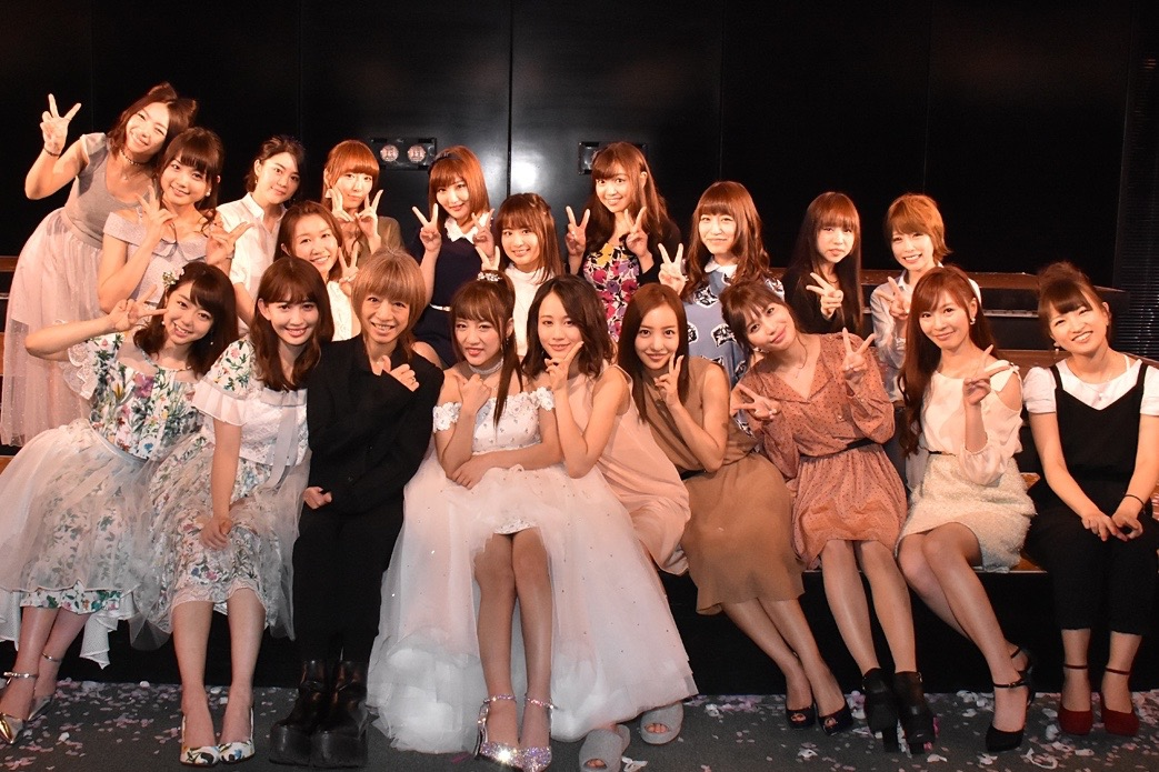 高橋みなみの卒業公演に来たやまぐちりことAKBメンバーの集合写真