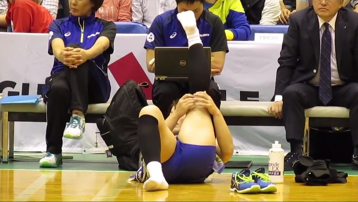 女子バレーユニフォームでストレッチをする吉村志穂