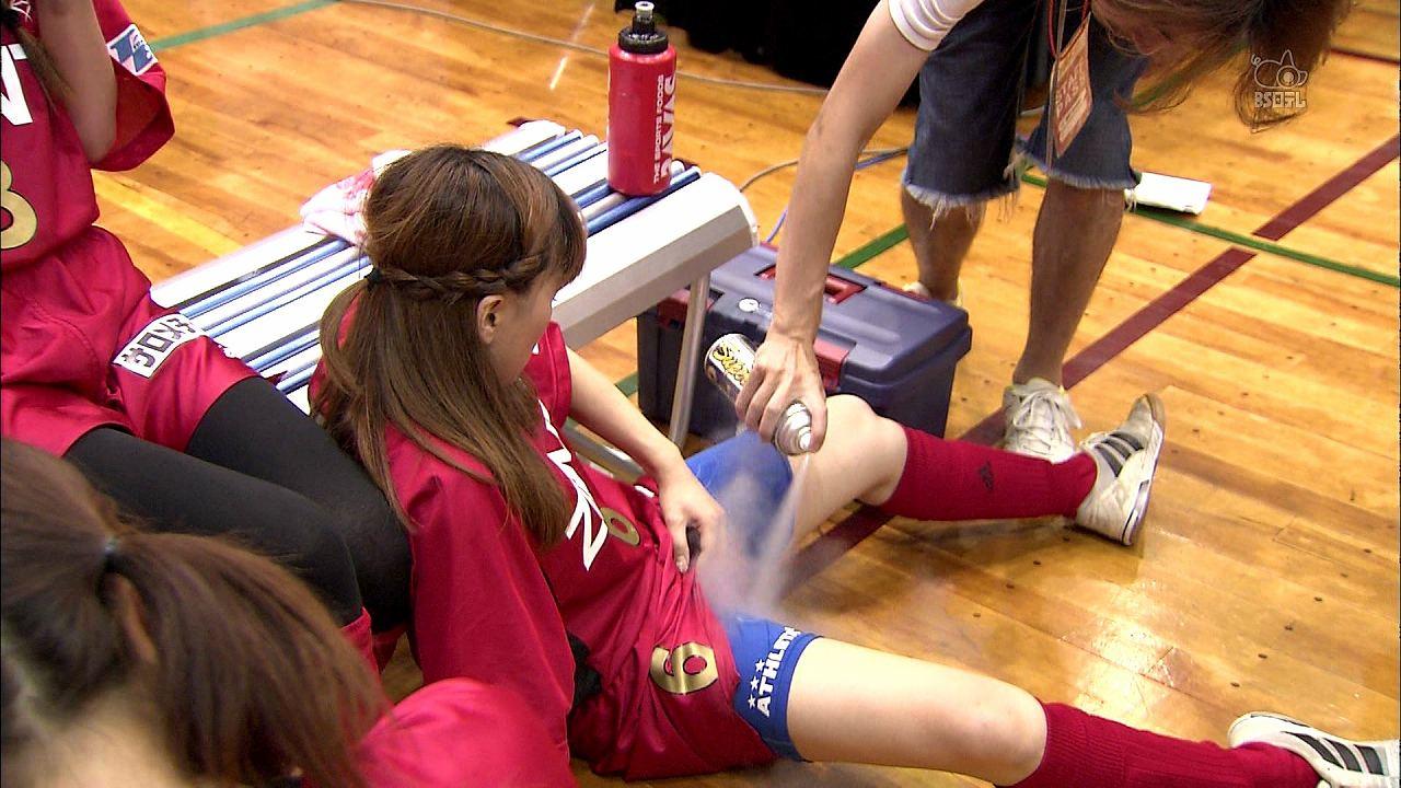 股間に冷却スプレーを噴射される女子バレー選手