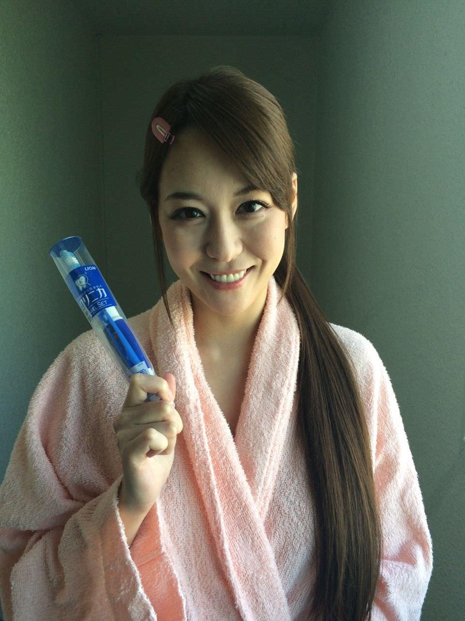 バスローブを着て休憩中のAV女優、朝桐光