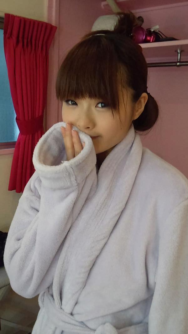 バスローブを着て休憩中のAV女優