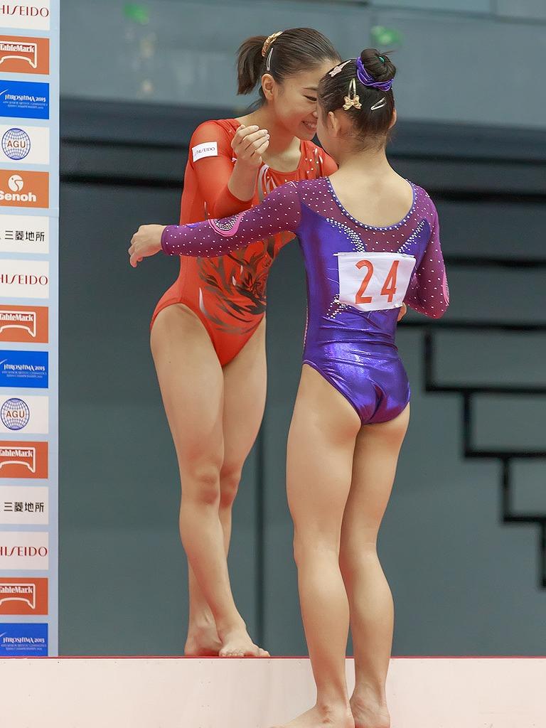 レオタードを着た女子体操選手の寺本明日香