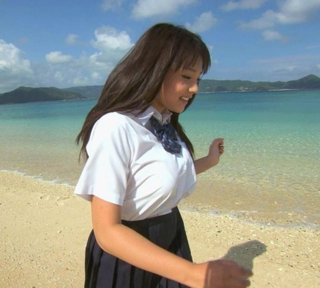 制服を着た篠崎愛の着衣巨乳