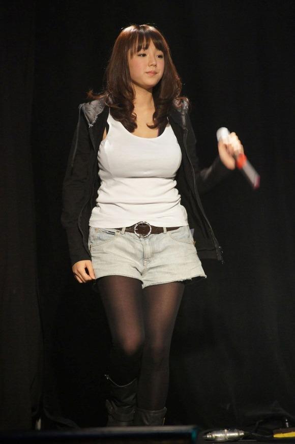 Tシャツを着た篠崎愛の着衣巨乳