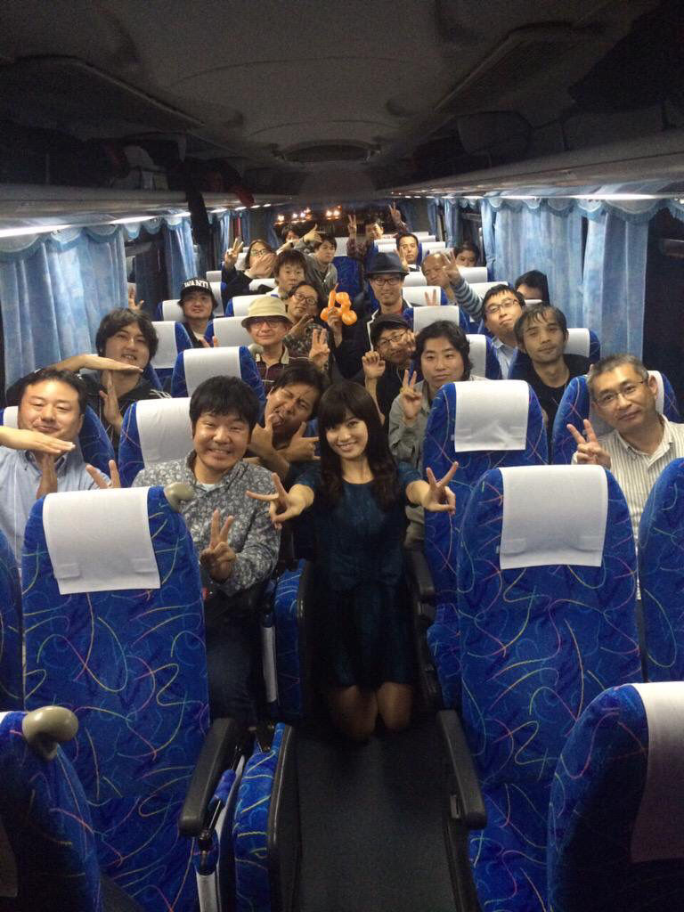 ファンイベントでファンと一緒に写真に写る高崎聖子