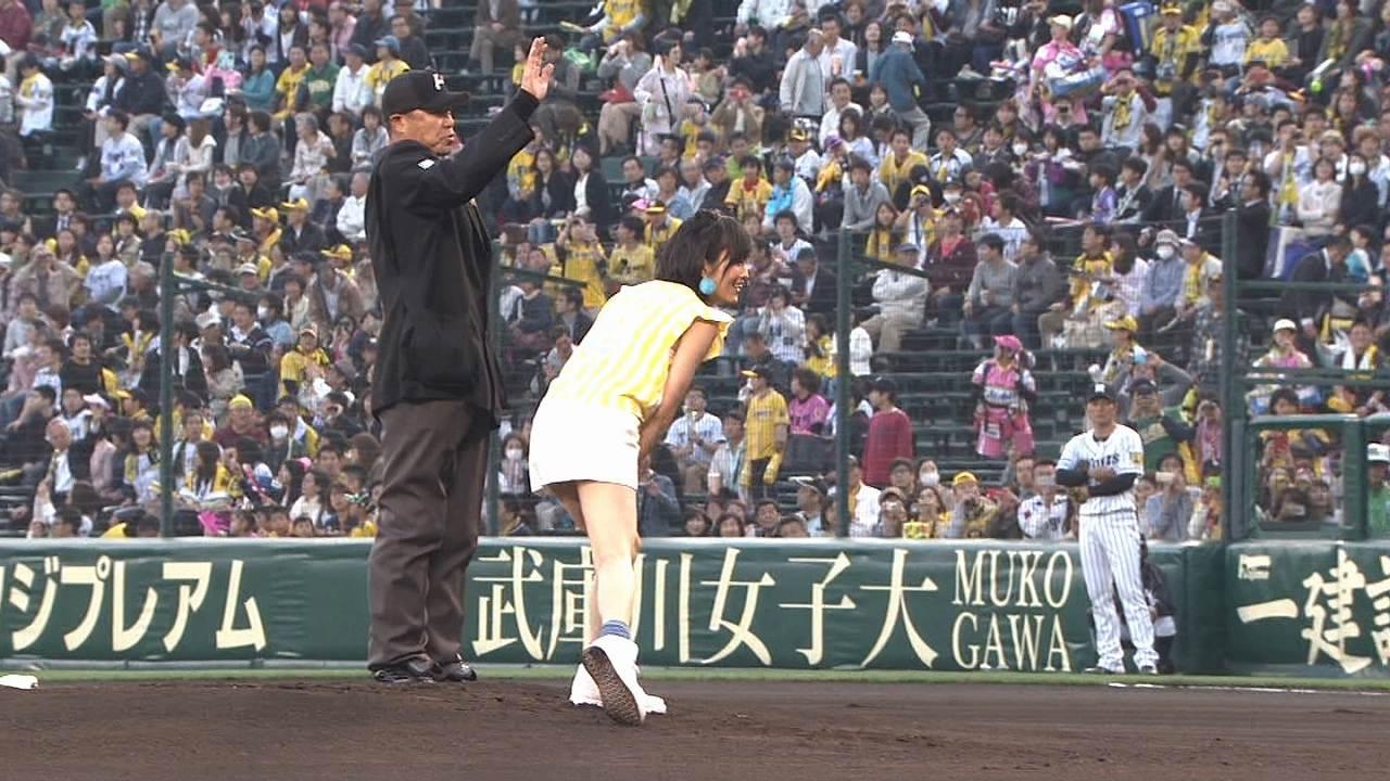 タイトスカートで始球式をして黒いパンツをパンチラしてる山本彩