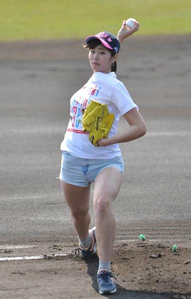 始球式で投げるショートパンツの稲村亜美