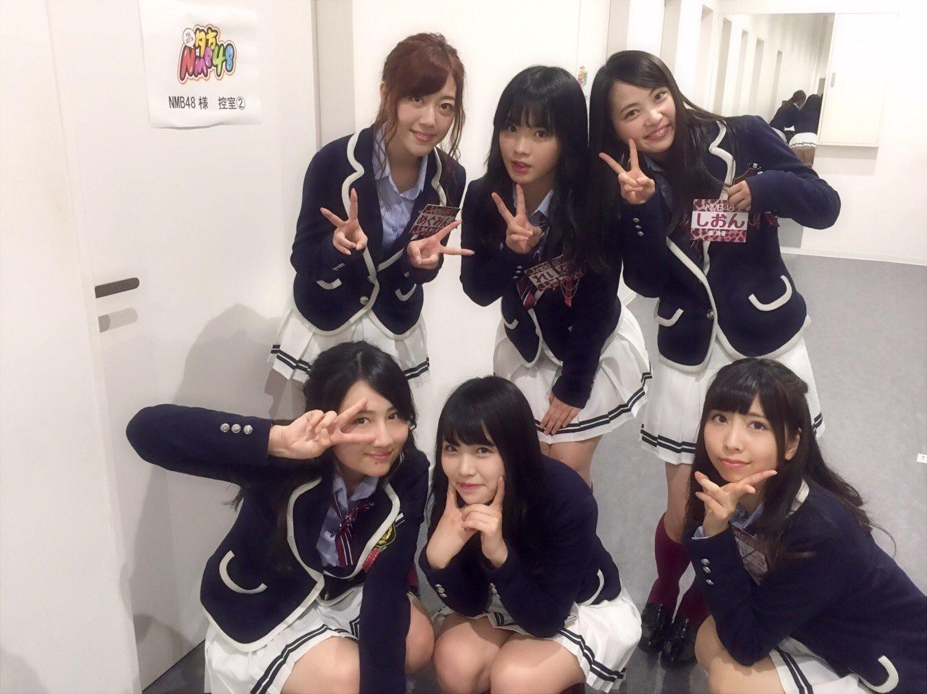 NMB48メンバーの集合写真(後ろの鏡に映り込む中野麗来のパンツ)