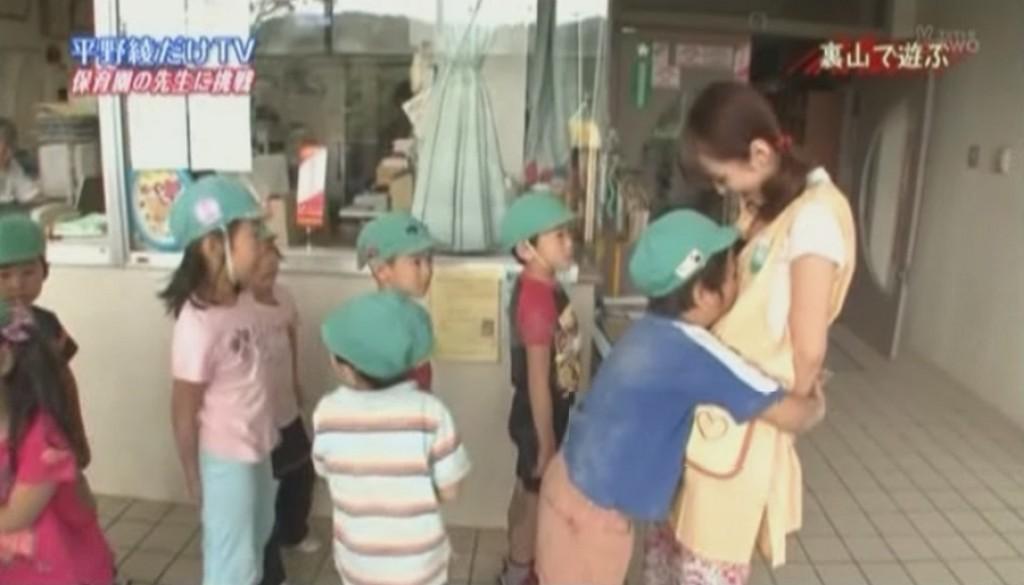 平野綾にがっつり抱きついておっぱいに顔をうずめる園児