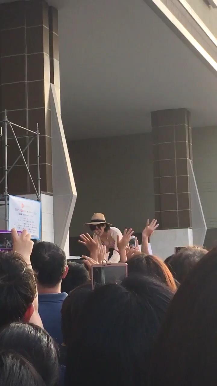 沖縄国際映画祭、水着で登場してファンと握手するためにかがむ山本彩