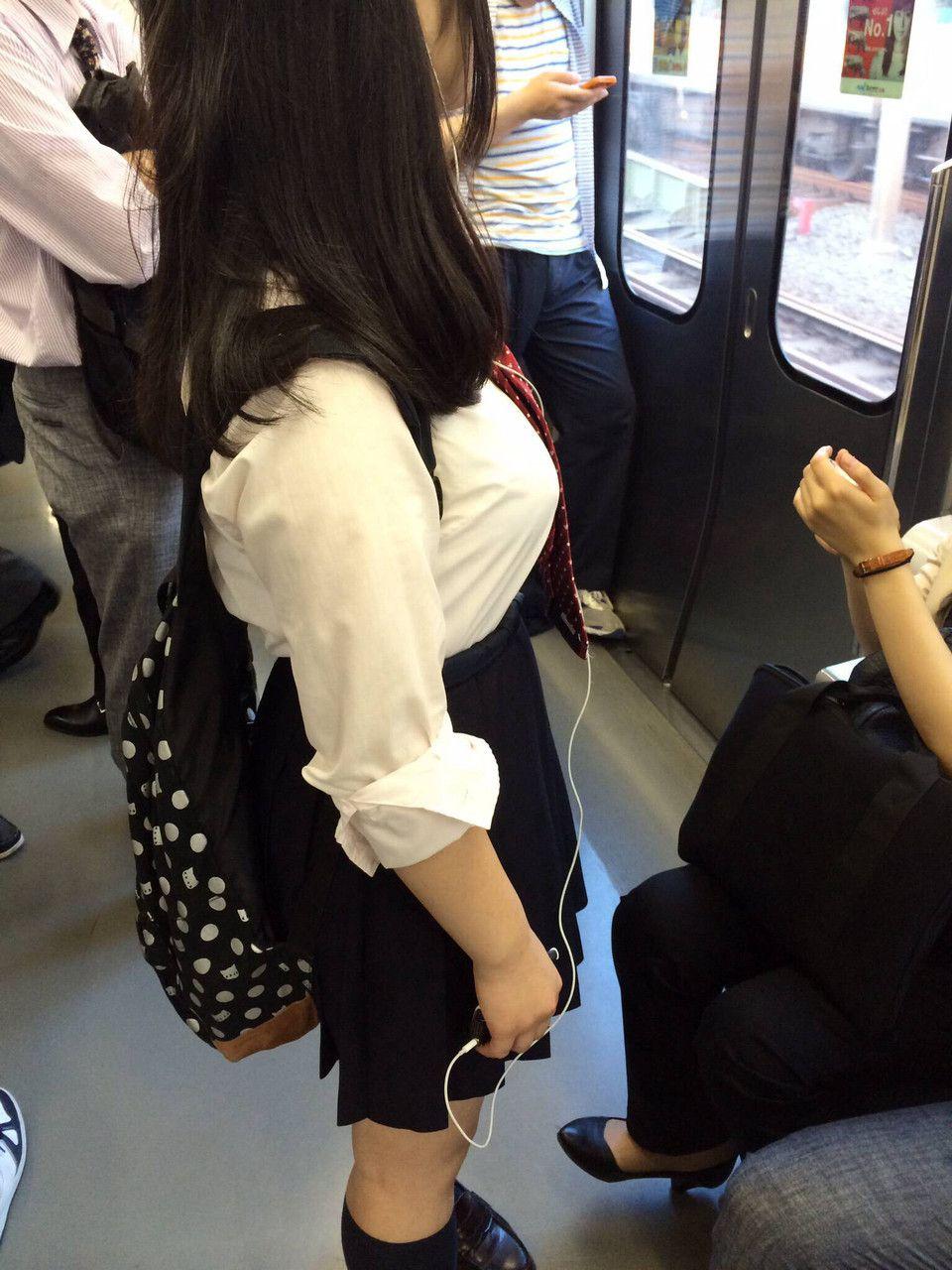 制服で電車に乗ってる女子高生のブラウス着衣巨乳