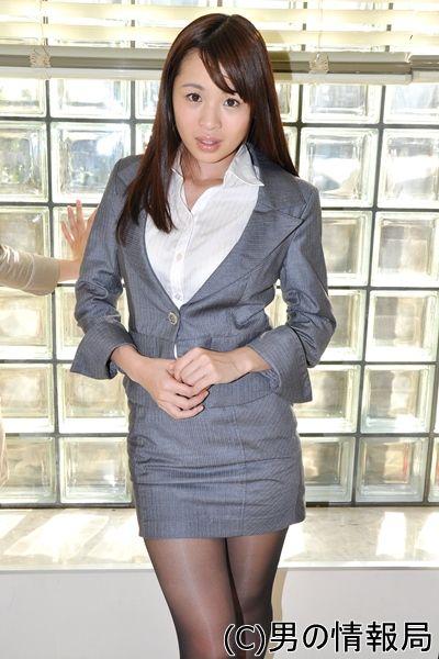 OL風スーツを着た野々宮ミカ(田所ミカ)