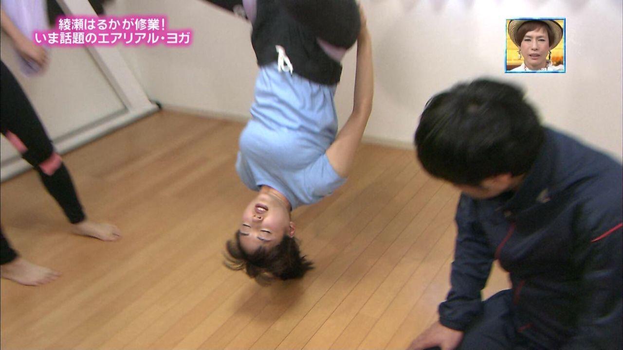 「ぴったんこカンカン」でエアリアル・ヨガに挑戦する綾瀬はるかの着衣巨乳