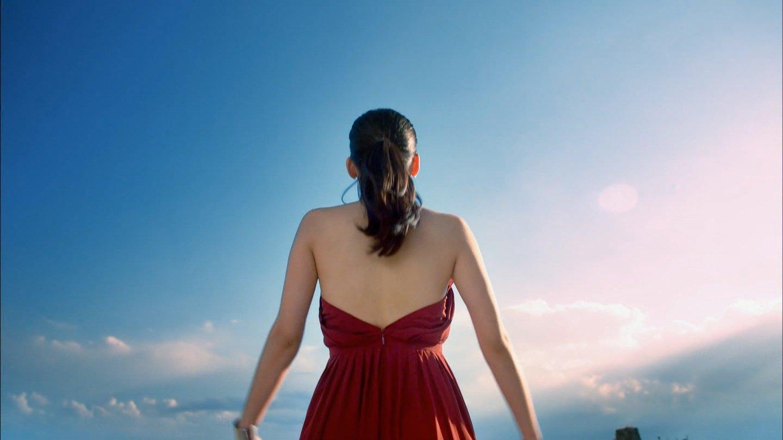 「SK-Ⅱ CM 美しき30代の、新たな始まり篇」背中丸出しのドレスを着た綾瀬はるか