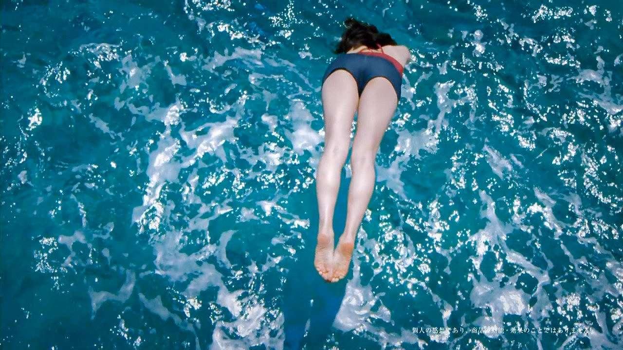 「SK-Ⅱ 運命よりも、きれいになろう。~運命を変える一歩~篇」プールに飛び込む綾瀬はるか