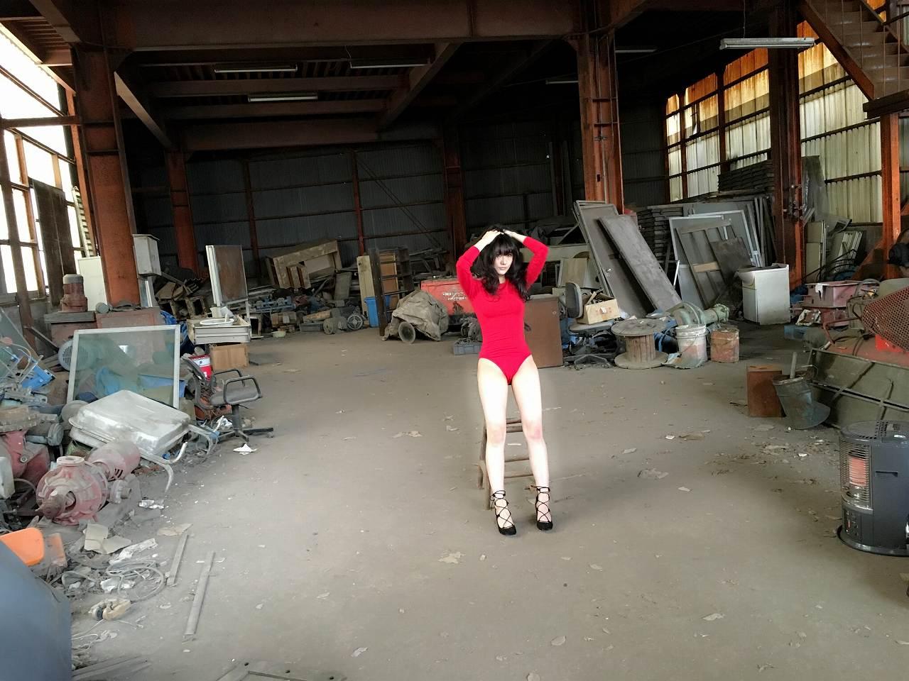 矢倉楓子の水着グラビアオフショット(赤いレオタードを着てポーズをとる矢倉楓子)
