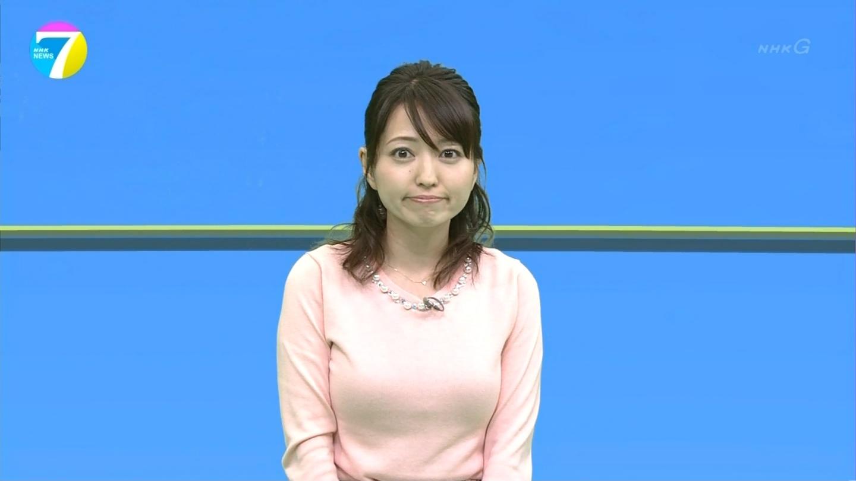NHK「ニュース7」にニットで出演した福岡良子の着衣おっぱい