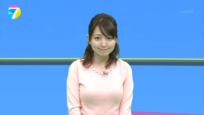 NHK「ニュース7」にニットで出演した福岡良子の着衣巨乳