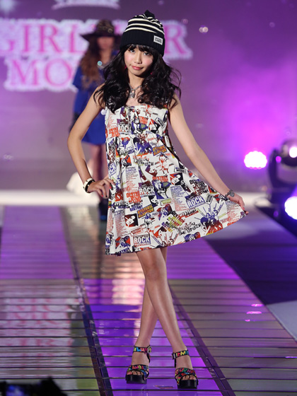 東京トップキッズコレクションでランウェイを歩く女子小学生モデル