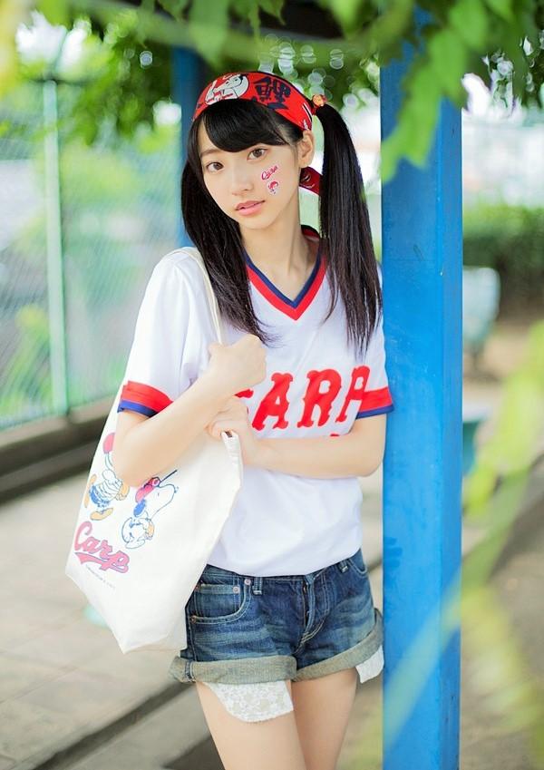 カープのユニフォームを着た武田玲奈