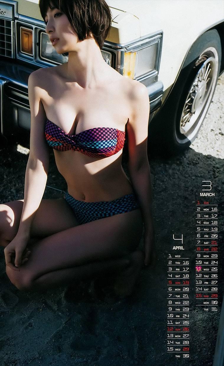 篠田麻里子の水着グラビア
