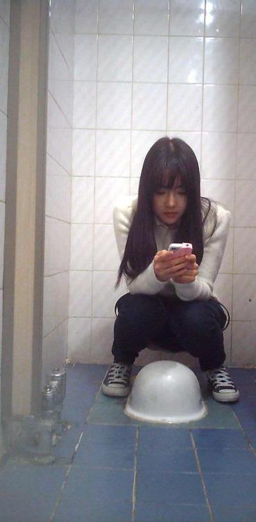 トイレの盗撮で撮られた韓国の女の子