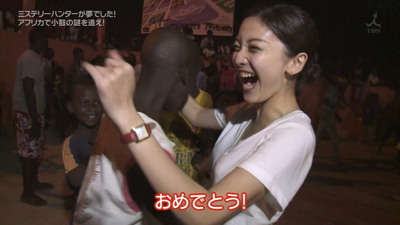 TBS「世界ふしぎ発見」で黒人を取材するミステリーハンターのTシャツ着衣おっぱい